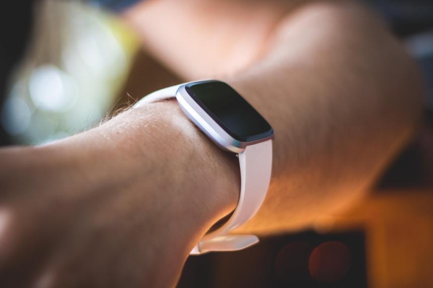 Умные часы Fitbit научатся отслеживать храп
