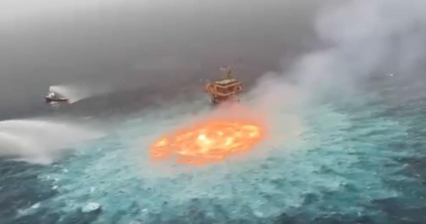 В Мексиканском заливе загорелся океан