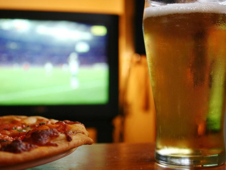 Врач рассказал, почему нельзя употреблять алкоголь перед телевизором