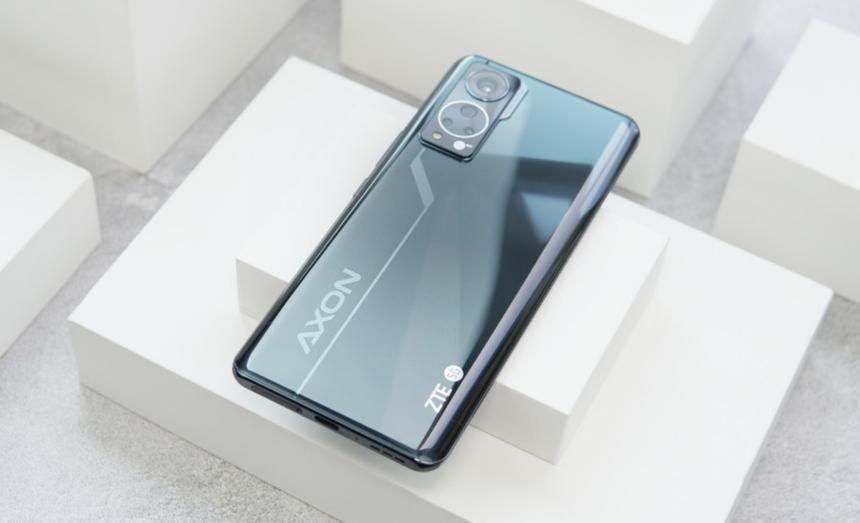 Показаны фотографии, сделанные на смартфон с невидимой селфи-камерой нового поколения